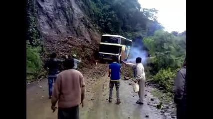 Пътят на смъртта - Автобус пропада