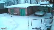 Стария гараж не издържа снега .
