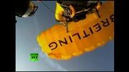Невероятно-човек лети във формация с 2 изтребителя