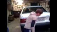 неграмотник паркира кола в гараж