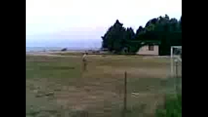 Двама Селиани Играиат Футбол
