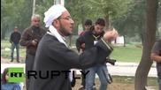 Турция: Сирийски бежанци се молят по време на служба