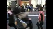 Михаела Танцува Яко На Улицата в Япония след като изяде 2 бонбонки