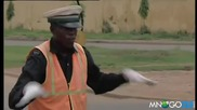 Танцуващ нигерийски полицай