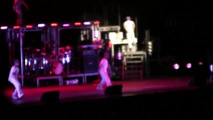 Justin Bieber пее One Less Lonely Girl На Живо в New York ( 01.09.2010 )