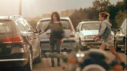 Тези момичета взеха един камък и счупиха прозореца на колата , вижте защо ?