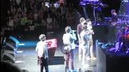 One Direction се опитват да кажат скоропоговорка на концерт в Анахайм