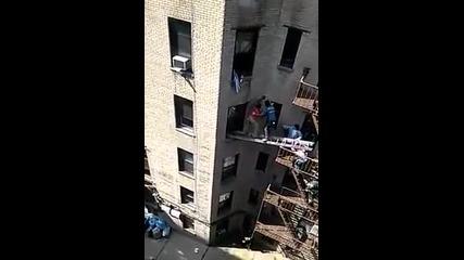 Смел съсед спасява човек от пожар