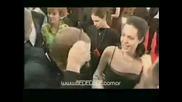 Анджелина Джоли целува репортер на червения килим