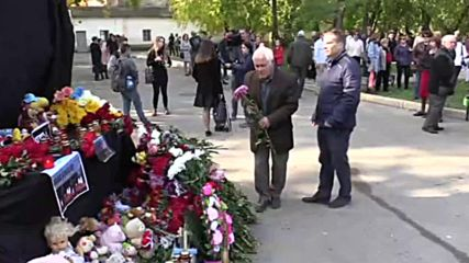 Russia: Kerch residents pay tribute to college attack victims