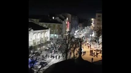 Ислямисти снимат шествие на националисти от минарето на джамията