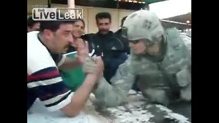 Войник се базика както си иска с местен иракчанин