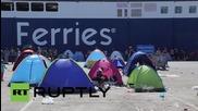 Гърция: Бежанците на о-в Лесбос се редят за билети за Пирея,спят в палатки по пристанището