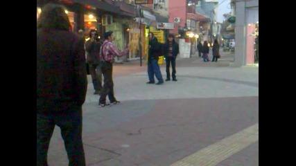 Много Як Брейк Танцьор Танцува в Центъра На Пазарджик