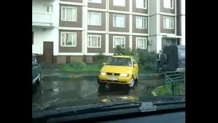 Момиче Се Опитва Да Паркира Колата