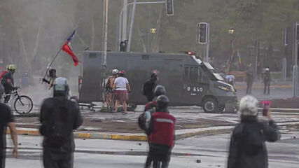 Chile: Chaos in Santiago as police fire water cannon at anti-government protesters