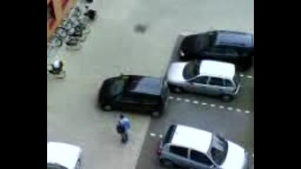 Само Жена Може Да Паркира Така