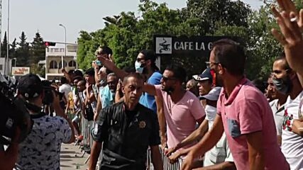 Tunisia: Protests as sacked PM, MPs attempt to access parliament