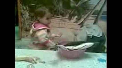 Бебето На Сестра Ми Си Играе С Риби! :d