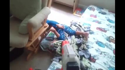 Ето как таткото буди сина си :))