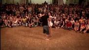 Атрактивна двойка показва танцувални умения