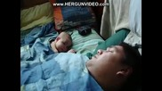 Бебе Се Събужда Докато Баща Му Хърка