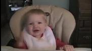 Бебе се смее като вещица