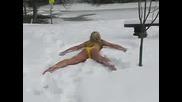 Мацка По Бански Скача В Сняг