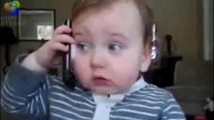 Bebe govori po telefona smiah