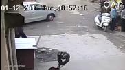 Момиче оцеля под гумите на кола
