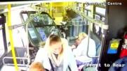 ШОКИРАЩИ КАДРИ: Пикап се вряза в автобус с пътници