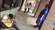 Трима непознати запяват заедно на улицата!!!