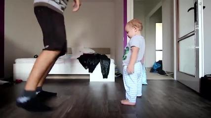 Сладко бебе танцува с баща си