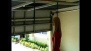 Готино секси момиче показва изобретение за врата на гараж