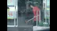 Жена чисти автоматични врати - Смях