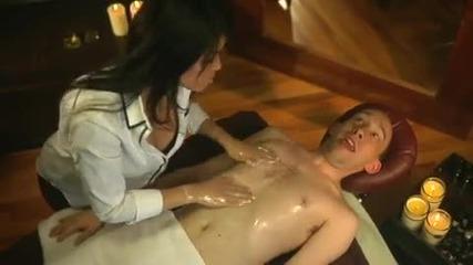Смях - Възбуждащ масаж с презервативи