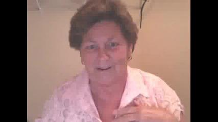 Бабка се опитва да пее песен на Justin Bieber