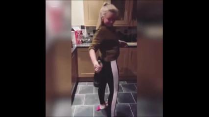 Блондинка отваря шампанско с дупето си