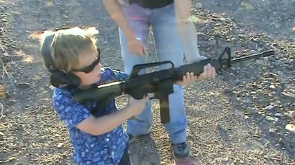 3 годишно дете се учи да стреля с m4a1