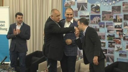 """""""Фейсбук"""" се развълнува кой целува ръка на Борисов"""