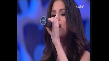 Selena Gomez пее нa испански език!