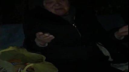 Човещина Баба помоли млад мъж да й светне с телефона в контейнера за да си намери къшей хляб