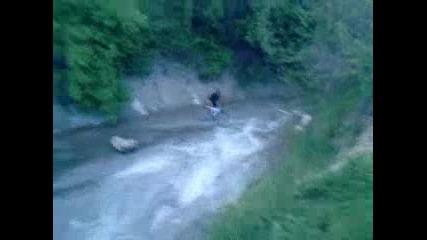 Луд кара колело в реката :d
