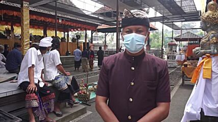 Indonesia: Workers perform mass cremation ceremony amid COVID surge in Bali