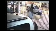 Съобразителна жена надхитрява дръзки крадци на мотоциклет !