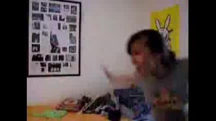 Момиче Танцува Малко Луд Танц Пред Своята WEB Camera :)