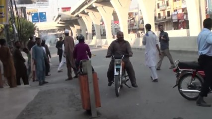 Pakistan: Stone-throwing PTI protesters tear gassed by police in Rawalpindi