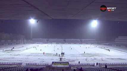 Футболисти ринат сняг в Търново