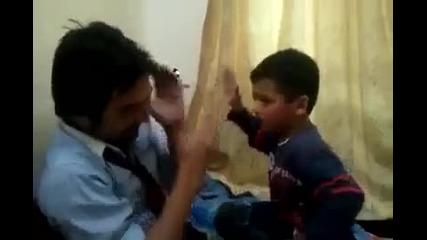 Баща и син се потрошват от шамари (супер смях)
