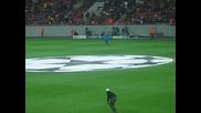 Българските фенове поздравяват Димитър Бербатов на мача Оцелул - Манчестър Юнайтед